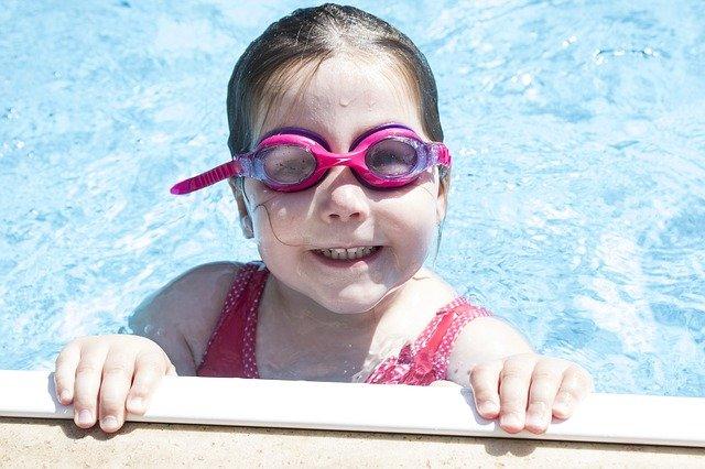 děvčátko v bazénu