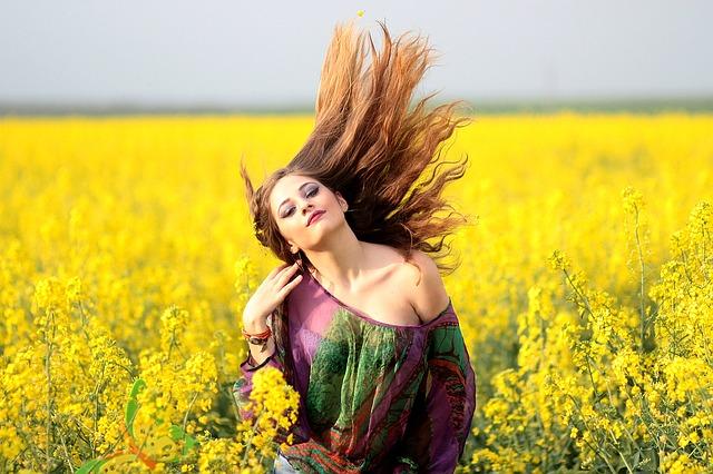 žena, vlaící vlasy, řepka