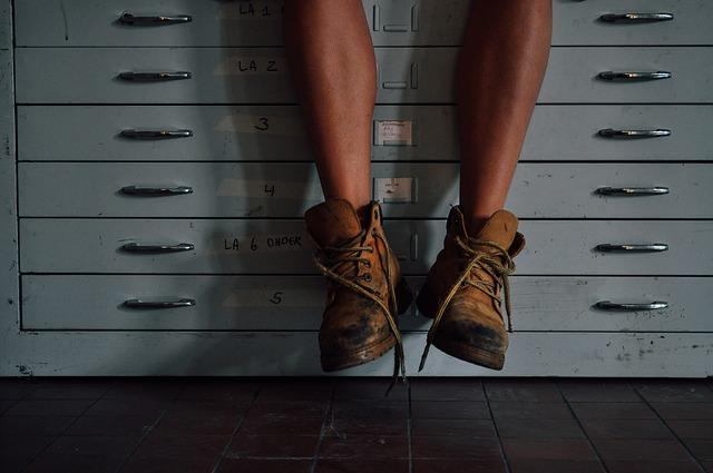 kovové šuplíky, nohy, pracovní boty