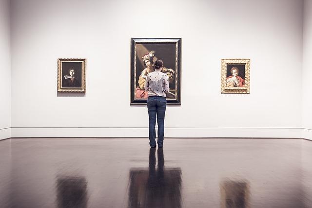 tři obrazy, žena, muzeum