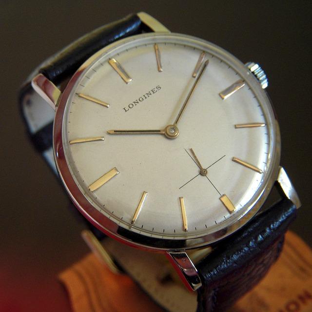 stříbné hodinky, černý pásek