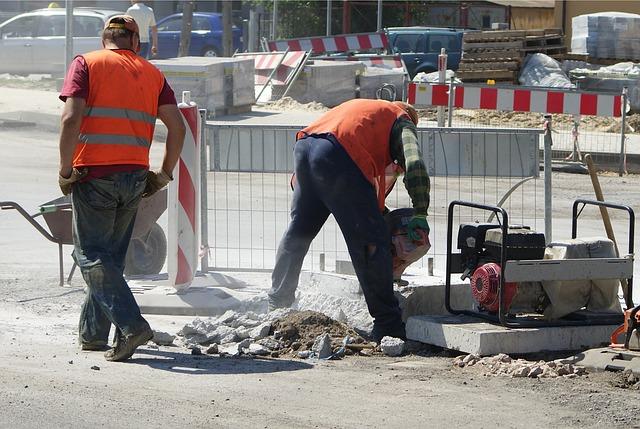 dělníci, stavba na silnici