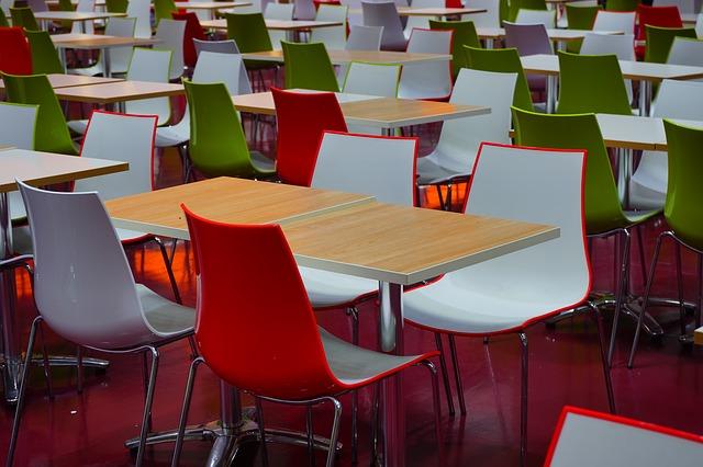 jídelní stolky, barevné židle