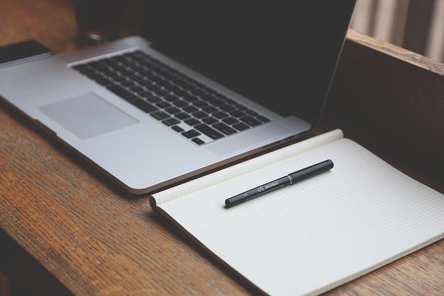 zápisník, tužka, notebook