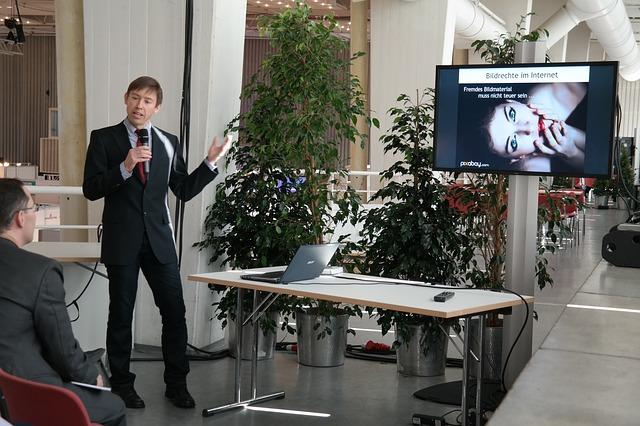 muž, mikrofon, přednáška