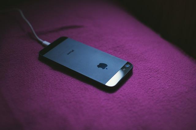 mobilní telefon na nabíječce