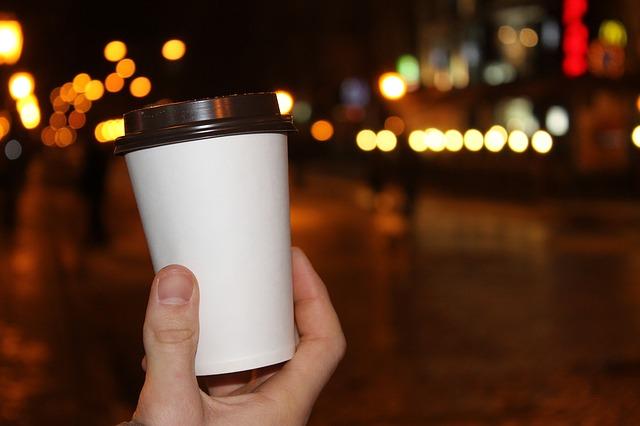 kelímek s kávou