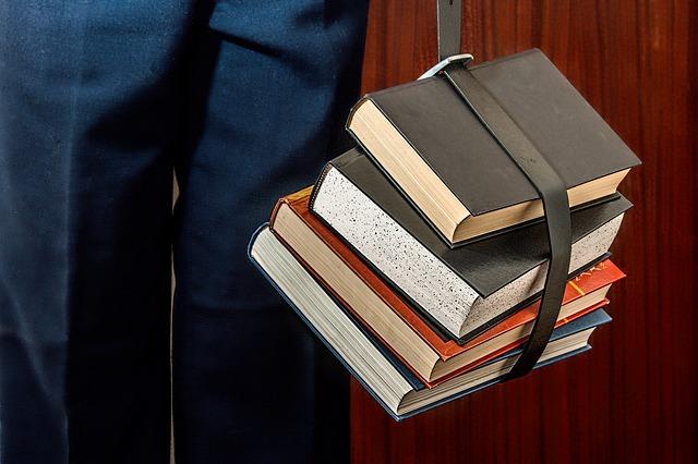 knihy v opasku