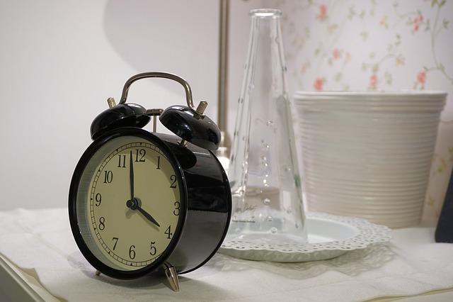 čtyři hodiny na budíku