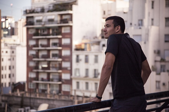 člověk na balkoně