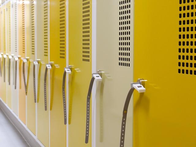 žlutobílé skříně