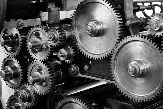 pohled zblízka na složitý stroj