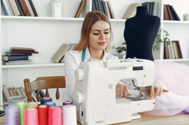 žena za šicím strojem